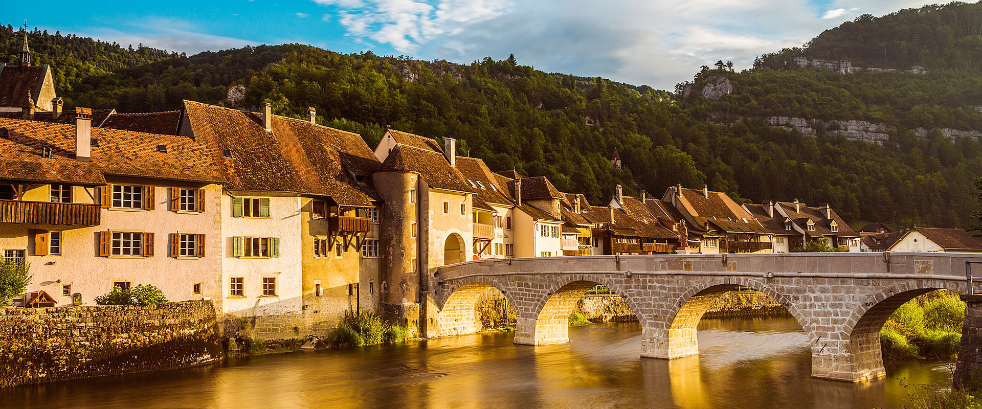 Saint-Ursanne am Ufer des Doubs im Kanton Jura