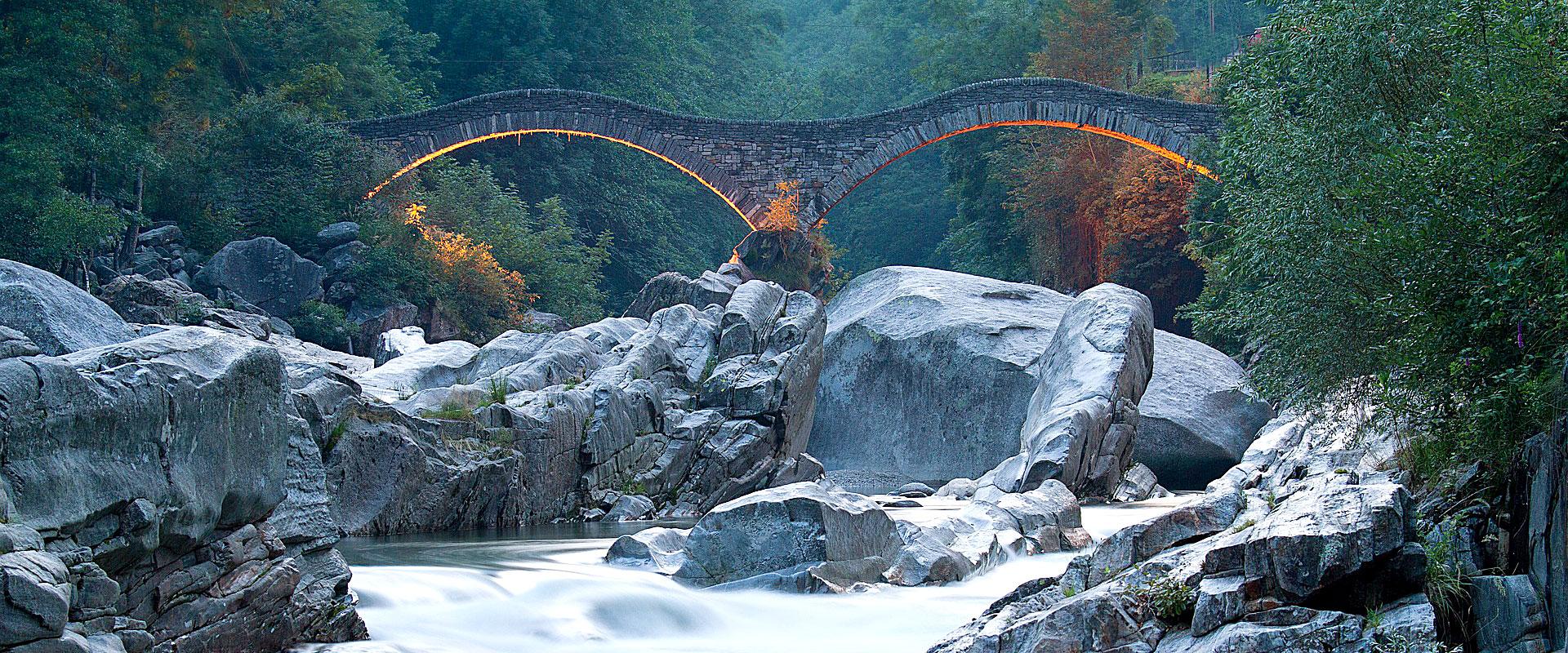 Die Ponte dei Salti ist eine Fussgängerbrücke über die Verzasca in Lavertezzo im Schweizer Kanton Tessin.